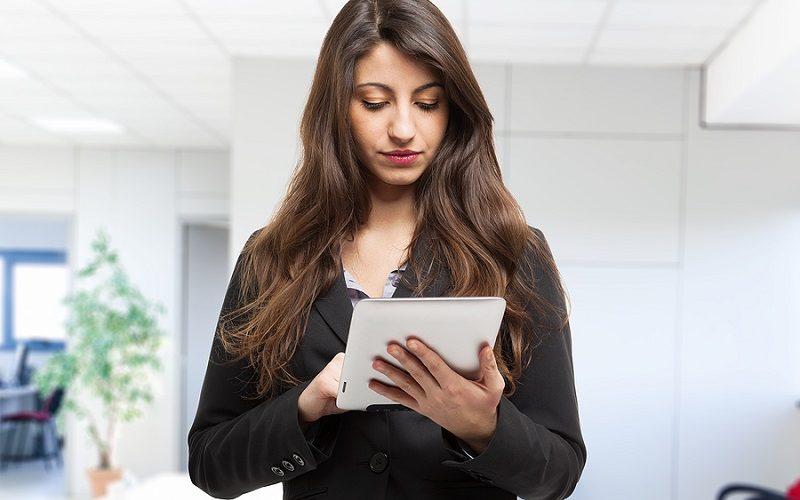 Kobieta w biurze korzystająca z tabletu